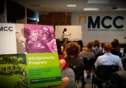 Felső tagozatos, középiskolás és leendő egyetemista diákok jelentkezését várja az ország egyik legismertebb tehetséggondozó intézménye, a Mathias Corvinus Collegium (MCC). Az iskolaidőn túli ingyenes, lexikális tudást átadó és készségfejlesztő képzésekre, korosztálytól függően június közepéig jelentkezhetnek az ambiciózus fiatalok.