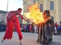 Maskarádé a Vojtina Bábszínházban: Szalmabáb égetése a debreceni Kossuth-téren